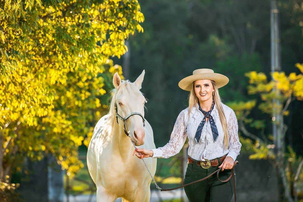 Aline Leonhardt: jovem de Aurora realiza o sonho de levar informação a agricultores de todo o país