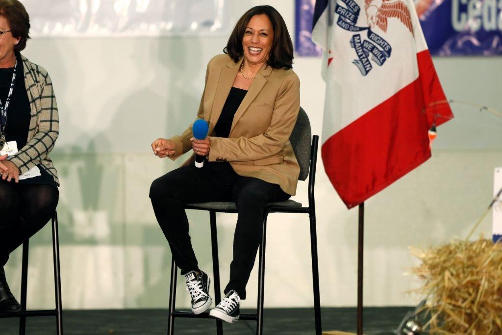 Moda: O uso de tênis por Kamala Harris durante a campanha presidencial e o que isso comunica